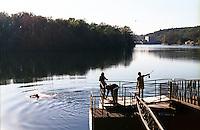 Il fiume Ticino presso Somma Lombardo (Varese). Dei pescatori e un uomo che nuota --- The river Ticino near Somma Lombardo (Varese). Fishermen and a man swimming