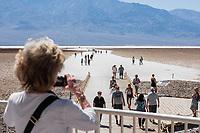 Badwater, der ausgetrocknete Salzsee im Death Valley.<br /> 13.6.2017, Death Valley, Kalifornien<br /> Copyright: Christian-Ditsch.de<br /> [Inhaltsveraendernde Manipulation des Fotos nur nach ausdruecklicher Genehmigung des Fotografen. Vereinbarungen ueber Abtretung von Persoenlichkeitsrechten/Model Release der abgebildeten Person/Personen liegen nicht vor. NO MODEL RELEASE! Nur fuer Redaktionelle Zwecke. Don't publish without copyright Christian-Ditsch.de, Veroeffentlichung nur mit Fotografennennung, sowie gegen Honorar, MwSt. und Beleg. Konto: I N G - D i B a, IBAN DE58500105175400192269, BIC INGDDEFFXXX, Kontakt: post@christian-ditsch.de<br /> Bei der Bearbeitung der Dateiinformationen darf die Urheberkennzeichnung in den EXIF- und  IPTC-Daten nicht entfernt werden, diese sind in digitalen Medien nach &sect;95c UrhG rechtlich geschuetzt. Der Urhebervermerk wird gemaess &sect;13 UrhG verlangt.]