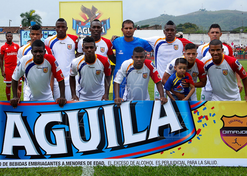BUGA -COLOMBIA-14-03-2015. Jugadores de Popayan posan para una foto previo al encuentro entre América de Cali y Universitario de Popayán por la fecha 5 del Torneo Aguila 2015 jugado en el estadio Hernando Azcarate de la ciudad de Buga./ Players of Popayan pose to a photo prior the match between America de Cali and Universitario de Popayan for the 5th date of Aguila Tournament 2015  played at Hernando Azcarate stadium in Buga city. Photo: VizzorImage/Juan C. Quintero/STR