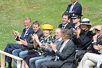 ALGEMEEN: IT HEIDENSKIP: Oefenschans Fierljepvereniging It Heidenskip, 06-07-2012, Hare Majesteit de Koningin brengt een streekbezoek aan de Zuidwesthoek van de provincie Fryslân, CdK John Jorritsma, Hendrik Haanstra (voorzitter fierljepvereniging), Koningin Beatrix, Ype de Boer (voorzitter Feriening foar Doarps- en Streekbelang It Heidenskip), Burgemeester Súdwest Fryslân Hayo Apotheker, ©foto Martin de Jong