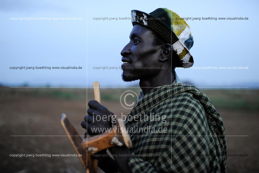 KENYA Turkana Region, Kakuma , here the Turkana a nilotic tribe are living, Turkana man with his wooden stool / KENIA Turkana Region , Kakuma, hier leben die Turkana ein nilotisches Volk, Turkana Mann mit Holzhocker
