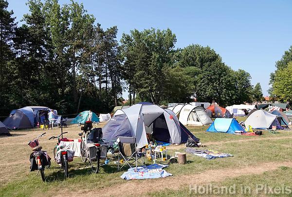 Nederland - Zaandam - 2018.   Buurtcamping in Burgemeester In 't Veldpark. Buurtbewoners kamperen drie dagen in een park vlakbij huis.     Foto mag niet in negatieve / schadelijke context gepubliceerd worden.   Foto Berlinda van Dam / Hollandse Hoogte