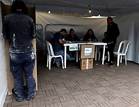 BOGOTÁ – COLOMBIA, 27-05-2018: Ciudadano colombiano ejerce su derecho al voto en La Plaza de Bolívar, durante la jornada de elecciones Presidenciales para el periodo 2018-2022. / Colombian citizen exercise his right to vote in the Plaza de Bolívar, during the presidential election day for the period 2018-2022. Photo: VizzorImage/ Luis Ramirez / Staff.