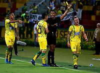 BUCARAMANGA - COLOMBIA, 01-09-2019: Leonard Mosquera, árbitro muestra tarjeta amarilla a Steve Makuka de Atlético Bucaramanga, durante partido entre Atlético Bucaramanga y Atlético Junior, de la fecha 9 por la Liga Águila II 2019, jugado en el estadio Alfonso López de la ciudad de Bucaramanga. / Leonard Mosquera, shows yellow card to Steve Makuka of Atletico Bucaramanga during a match between Atletico Bucaramanga and Atletico Junior, of the 9th date for the Aguila Leguaje II 2019 at the Alfonso Lopez Stadium in Bucaramanga city Photo: VizzorImage / Oscar Martínez / Cont.