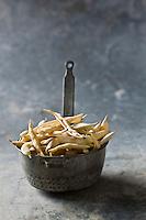 Europe/France/Poitou-Charentes/79/Deux-Sèvres/Marais Poitevin: Mojettes - Elles sont cultivées dans la terre noire du Marais Mouillé.<br /> Une partie de la récolte est consommée fraiche, tandis que l'autre est séchée sur des tourettes - piquets sur lesquels sont installés les pieds de mojettes aprés arrachage