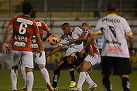 SAO PAULO SP, 31 Julho 2013 - PORTUGUESA  X CRICIUMA -  Lance de disputa  durante partida da Portuguesa contra o Criciuma valida pelo campeonato brasileiro de 2013  no Estadio do Caninde em  Sao Paulo, nesta quarta, 31. (FOTO: ALAN MORICI / BRAZIL PHOTO PRESS).