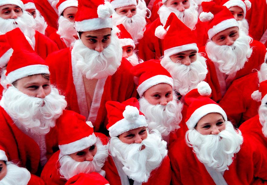 WFA - Leusden, 17-12-1998.Start van IT wervingsoffensief van software bedrijf TAS..50 kerstmannen en vrouwen gingen vandaag op weg naar uitzendburo's om wervingsmateriaal uit te delen. De IT-branche heeft de noodklok geluid over het gebrek aan ervaren IT-personeel. De start van de campagne was natuurlijk leuk voor een aardig plaatje..Foto (c)  WFA/Michiel Wijnbergh.