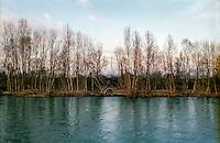 Il fiume Adda presso Rivolta d'Adda (Cremona) e la ciminiera della centrale termoelettrica di Cassano d'Adda --- The river Adda near Rivolta d'Adda (Cremona) and the chimney of the thermoelectric power plant of Cassano d'Adda
