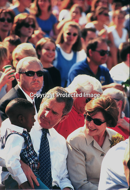 PEGBUSH55007.Personality George Bush. Bush at TCU (Texas Christian University) stadium with his wife; memorial service for victims of a church shooting. Crowd, 9/99..©Per-Anders Pettersson/iAfrika Photos.