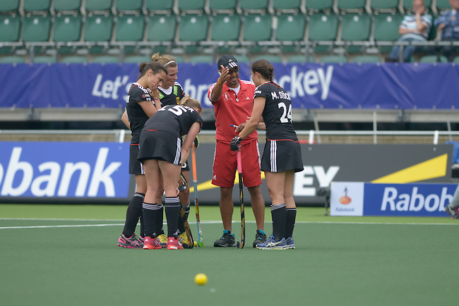 The Hague, Netherlands, June 03: Head coach Jamilon Muelders of Germany discuss with german players on the field during halftime during the field hockey group match (Women - Group B) between South Africa and Germany on June 3, 2014 during the World Cup 2014 at Kyocera Stadium in The Hague, Netherlands. Final score 1:3 (0:1) (Photo by Dirk Markgraf / www.265-images.com) *** Local caption ***