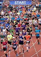 Nederland - Amsterdam - 2018 . De Marathon van Amsterdam. De start in het Olympisch Stadion.  Foto Berlinda van Dam / Hollandse Hoogte