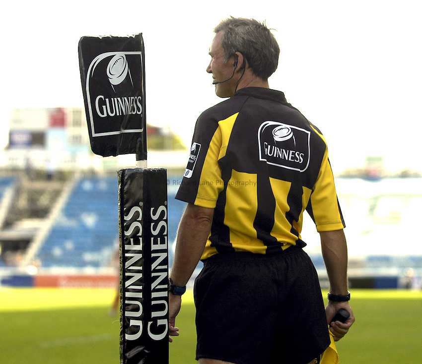 Photo: Alan Crowhurst..NEC Harlequis v Gloucester Rugby. Guinness Premiership. 09/09/2006. Guinness flag and linesman.