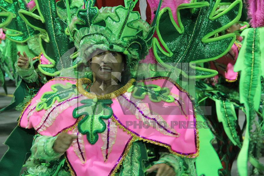 SÃO PAULO,SP, 10.02.2018 - CARNAVAL-SP - Integrantes da escola de samba X-9 Paulistana  durante desfile do grupo especial do Carnaval de São Paulo no Sambódromo do Anhembi na região norte de São Paulo na noite deste sábado, 10.(Foto: Nelson Gariba/Brazil Photo Press)