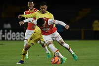 BOGOTÁ -COLOMBIA, 15-04-2017. Jonathan Gomez (Der.) jugador de Santa Fe disputa el balón con Yulian Anchico (Izq.) jugador del Bucaramanga durante el encuentro entre Independiente Santa Fe y Atletico Bucaramanga por la fecha 13 de la Liga Aguila I 2017 jugado en el estadio Nemesio Camacho El Campin de la ciudad de Bogota. / Jonathan Gomez (R) player of Santa Fe struggles for the ball with Yulian Anchico (L) player of Bucaramanga during match between Independiente Santa Fe and Atletico Bucaramanga for the date 13 of the Aguila League I 2017 played at the Nemesio Camacho El Campin Stadium in Bogota city. Photo: VizzorImage/ Gabriel Aponte / Staff