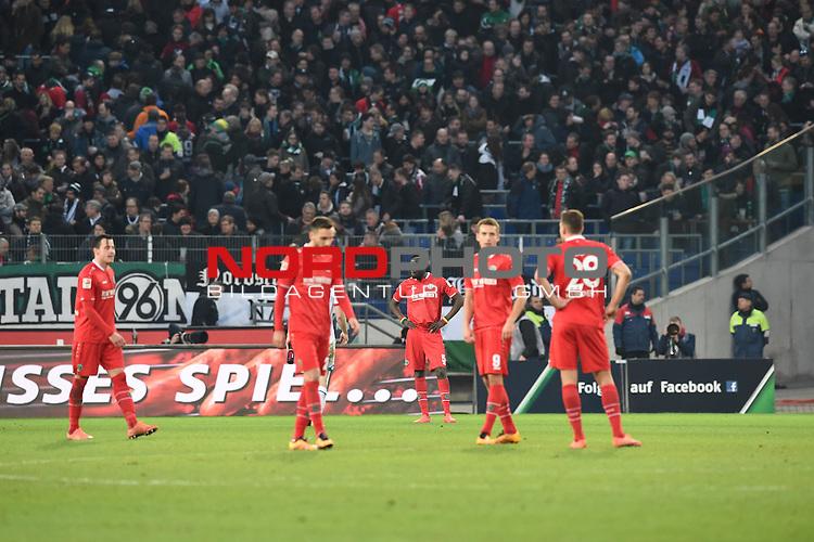 06.02.2016, HDI Arena,  Hannover, GER, 1.FBL, Hannover 96 vs 1. FSV Mainz 05, <br /> <br /> im Bild / picture shows<br /> Traurig, niedergeschlagen nach Abpiff, Kenan Karaman (Hannover #26), Salif San&eacute; / Sane (Hannover #5), Artur Sobiech (Hannover #9), &Aacute;d&aacute;m / Adam Szalai (Hannover #28), <br /> <br /> Foto &copy; nordphoto / Ewert