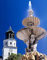 Oesterreich, Salzburger Land, Salzburg: Brunnenfigur des Residenzbrunnens und Turm der Neuen Residenz | Austria, Salzburger Land, Salzburg: sculpture of residenz fountain and tower of New Residence