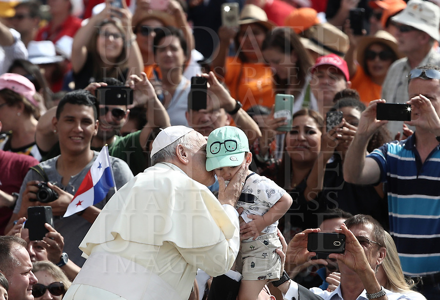 Papa Francesco bacia un bambino al suo arrivo all'udienza generale del mercoledi' in Piazza San Pietro, Citta' del Vaticano, 6 giugno, 2018.<br /> Pope Francis kisses a child as he arrives to lead his weekly general audience in St. Peter's Square at the Vatican, on June 6, 2018.<br /> UPDATE IMAGES PRESS/Isabella Bonotto<br /> <br /> STRICTLY ONLY FOR EDITORIAL USEUPDATE