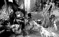 11.2003 Calcutta (West Bengal)<br /> <br /> Women bathing in the street near the Kali temple.<br /> <br /> Femmes en train de se laver dans la rue pr&egrave;s du temple de Kali.