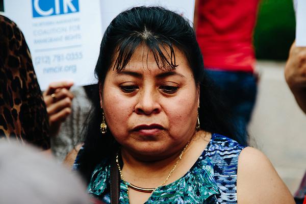 NY03. NUEVA YORK (EE.UU.), 21/06/2017.- La esposa del ciudadano mexicano Martín Martínez, Julia Ochoa (d), rodeada de simpatizantes durante una concentración en el exterior del edificio del Servicio de Inmigración y Control de Aduana (ICE) el miércoles 21 de junio de 2017, en Nueva York (EE.UU.). Políticos, sindicatos y grupos proinmigrantes se unieron hoy en Nueva York a la familia del mexicano Martín Martínez, que durante tres décadas ha vivido en esta ciudad, para pedir que se detenga su deportación, prevista para el próximo 1 de julio. Martínez, que ha trabajado, pagado impuestos y vivido en Nueva York durante treinta años, donde nacieron sus hijos y nieta, ha sido detenido en dos ocasiones, la última hace siete días, y fue dejado en libertad ayer, martes 20 de junio de 2017, hasta el próximo mes, cuando deberá presentarse con su boleto de regreso a México. EFE/ALBA VIGARAY