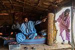 BURKINA FASO Djibo , malische Fluechtlinge, vorwiegend Tuaregs, im Fluechtlingslager Mentao des UN Hilfswerks UNHCR, sie sind vor dem Krieg und islamistischem Terror aus ihrer Heimat in Nordmali geflohen, Tuareg MUPHTAH AG MOHAMED instruiert seinen schwarzafrikanischen Diener aus Timbuktu / BURKINA FASO Djibo, malian refugees, mostly Touaregs, in refugee camp Mentao of UNHCR, they fled due to war and islamist terror in Northern Mali , Tuareg MUPHTAH AG MOHAMED instruct his servant from Tombouctou , WEITERE MOTIVE ZU DIESEM THEMA SIND VORHANDEN!! MORE PICTURES ON THIS SUBJECT AVAILABLE!!
