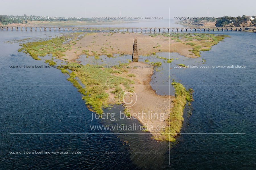 INDIEN Madhya Pradesh, Narmada Fluss mit Sandbank in der geographischen Form des indischen Subkontinent / INDIA Narmada river with old bridge and sand island in geographical shape of indian subcontinent