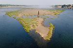 INDIEN Madhya Pradesh, Narmada Fluss mit Sandbank in der geographischen Form des indischen Subkontinent / INDIA Narmada river with old bridge and sand island in geographical shape of indian subcontinent