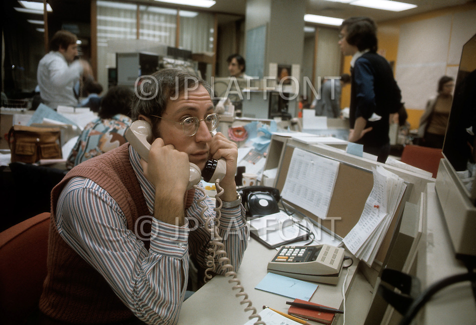 New York, NY. December 1974. In the famous Mocatta Metals firm of New York, the salesmen, the deposit boxes and the computers are all awaiting their first clients. Oficially from December 1974 on americans will be able to buy gold for the first time in 41 years. The forecast is that americans are going to buy at least 280 tons of gold during the month of January and for the coming year the purchases will attain the figures of 500 million dollars. The United States is back on the gold standard.