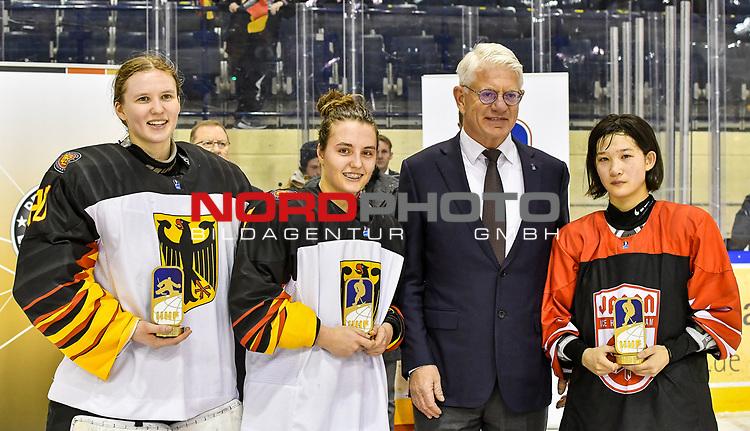 09.01.2020, BLZ Arena, Füssen / Fuessen, GER, IIHF Ice Hockey U18 Women's World Championship DIV I Group A, <br /> Siegerehrung, <br /> im Bild Ehrung der besten Spielerinnen des Turniers, Sofie Disl (GER, #20), Ronja Hark (GER, #8), Yumeka Wajima (JPN, #12), DEB Praesident Franz Reindl<br /> <br /> Foto © nordphoto / Hafner