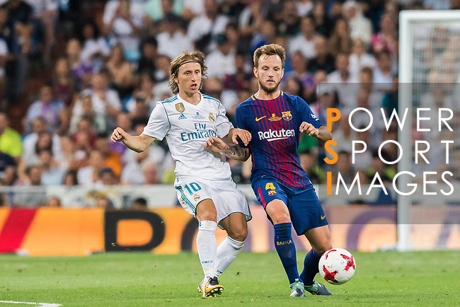 Ivan Rakitic (r) of FC Barcelona fights for the ball with Luka Modric of Real Madrid during their Supercopa de Espana Final 2nd Leg match between Real Madrid and FC Barcelona at the Estadio Santiago Bernabeu on 16 August 2017 in Madrid, Spain. Photo by Diego Gonzalez Souto / Power Sport Images