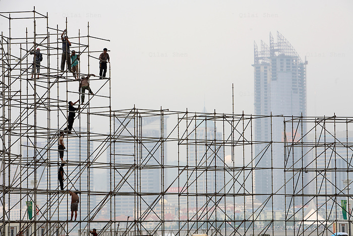 Workers build up a scaffolding at the Olympic Sailing Center in Qingdao, China on Wednesday, 15  August, 2007.  Qingdao will host the sailing events of the 2008 Beijing Olympics..