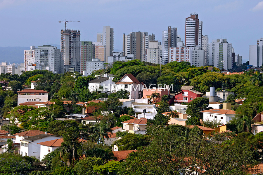 Casas de classe alta no bairro Pacaembú. São Paulo. 2007. Foto de Juca Martins.