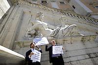 Roma, 4 Maggio 2012.Piazza Piazza del Campidoglio.Statua del Tevere.Athos De Luca, Paolo Masini e Dario Nanni del PD Partito Democratico contro la privatizzazione dell'acqua voluta Alemanno mettono cartelli sulle antiche statue di Roma