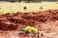 São Paulo (SP), 11/05/2020 - Cemitério Dom Bosco  - Movimentação no Cemitério Dom Bosco no bairro de Perus zona noroeste da cidade de São Paulo (SP) nesta segunda -feira (11), onde novas covas são abertas para sepultamentos de vítimas suspeitas ou confirmadas de Covid-19. A prefeitura de São Paulo vai abrir cerca de 13 mil covas em cemitérios administrados pelo município.