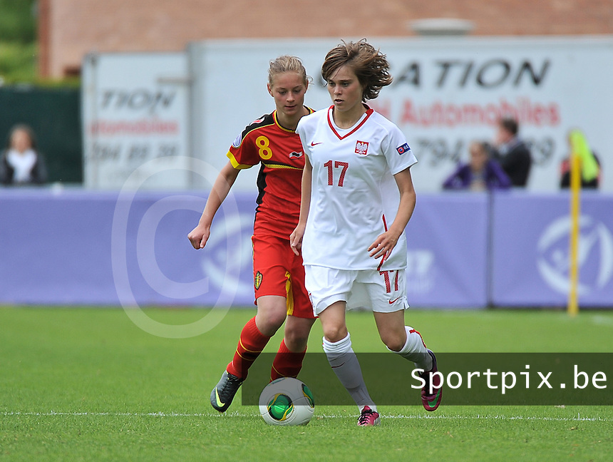 Belgium - Poland : Ewa Pajor aan de bal voor Margaux Van Ackere (links)<br /> foto David Catry / nikonpro.be