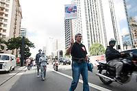 SAO PAULO, SP, 07.05.2015 - PROTESTO-TERCEIRIZAÇÃO - Grupo de bancários faz protesto contra a lei da terceirização, vestidos de luto, na avenida Paulista região centro-sul de São Paulo nesta quinta-feira 07. (Foto: Gabriel Soares/ Brazil Photo Press)