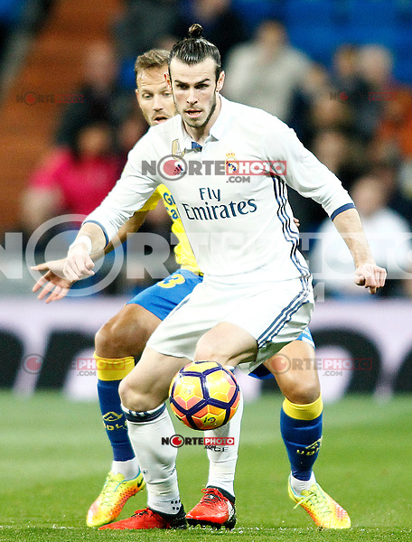 Real Madrid's Gareth Bale (r) and UD Las Palmas' Dani Castellano during La Liga match. March 1,2017. (ALTERPHOTOS/Acero) /NORTEPHOTOmex