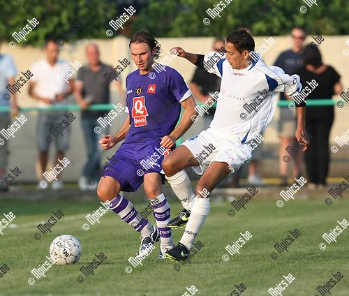 2009-06-27 / Voetbal / Hemiksem - Germinal Beerschot / Pieterjan Monteyne wordt belaagd..Foto: Maarten Straetemans (SMB)