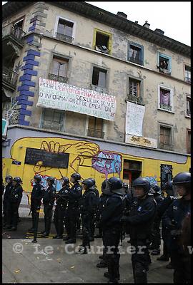 Genève, le 10.07.2007. Les policiers ont investi l immeuble de la rue de la Tour a Plainpalais, vers 10h00. Pour empecher toute tentative de retour, une barriere a tout de suite été installee autour de l immeuble et l'eau et l electricite ont ete coupees. Des 10h30 environ, des dizaines de sympathisants du mouvement squat ont commencé à confluer devant l'immeuble.Ils se sont regroupes au milieu du carrefour situe au bout du boulevard du Pont d'Arve, bloquant la circulation. Pour ne pas envenimer la situation, la police n'a pas cherché à les deloger. Elle a dévie le trafic en amont.Les manifestants ont fustige la methode, deja utilisee pour vider l'ancien squat de la maison Blardonne. Les policiers penetrent dans l'immeuble sans jugement d'evacuation et emmenent les squatters pour un controle général d'identite..© J.-P. Di Silvestro / Le Courrier