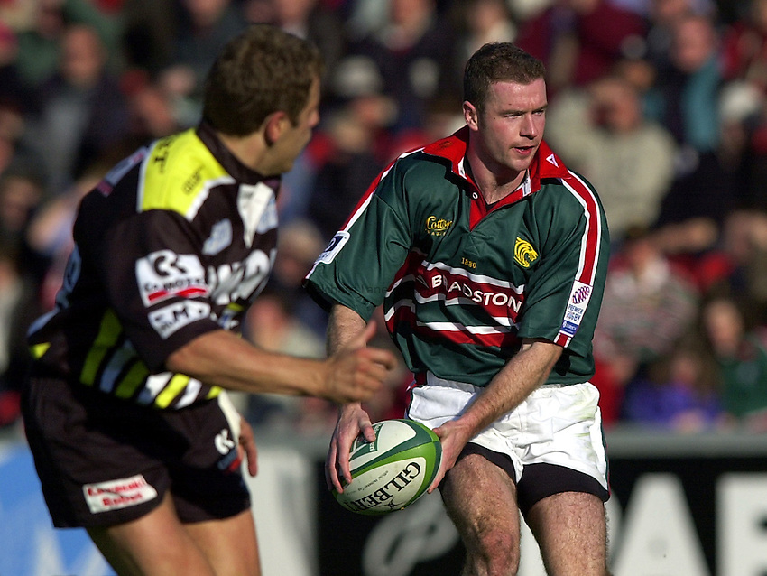Photo. Richard Lane. .LEICESTER TIGERS V AMATORI & CALVISANO. Heineken Cup. 19-10-2002..Geordan Murphy attacks.