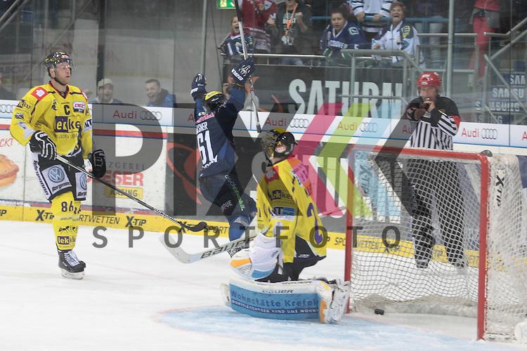 ERC Ingolstadt - Krefeld Pinguine<br /> Ingolstadts David Elsner (Nr.61) erzielt hier das 2:1 gegen Krefelds Patrick Klein (Nr.29), Krefelds Daniel Pietta (Nr.86) steht fassungslos daneben beim Spiel in der DEL ERC Ingolstadt - Krefeld Pinguine.<br /> <br /> Foto &copy; PIX-Sportfotos *** Foto ist honorarpflichtig! *** Auf Anfrage in hoeherer Qualitaet/Aufloesung. Belegexemplar erbeten. Veroeffentlichung ausschliesslich fuer journalistisch-publizistische Zwecke. For editorial use only.