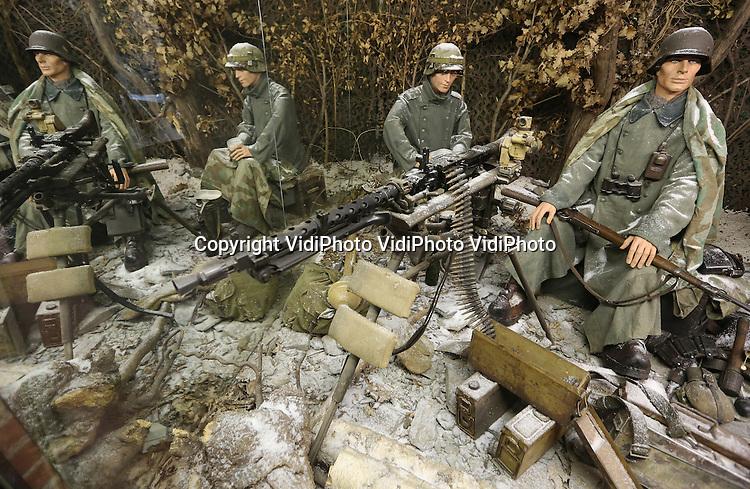Foto: VidiPhoto<br /> <br /> LA ROCHE-EN-ARDENNE - Collectie van het Mus&eacute;e de la Bataille des Ardennes in La Roche in de Ardennen. Het museum vertelt het verhaal van het Ardennen Offensief, december 1944 in een ruim van 1500 vierkante meter. Er is een imposante verzameling van uitrustingstukken, wapens (licht en zwaar geschut), voertuigen en poppen (120 stuks). De Slag om de Ardennen was het laatste grote offensief van de Duitse Wehrmacht aan het westfront in de Tweede Wereldoorlog en vond plaats van 16 december 1944 tot 25 januari 1945. Bij de geallieerden staat de slag bekend als Battle of the Bulge, vanwege de vorm van de frontlijn (een uitstulping). Het Ardennen Offensief was een plan van Hitler om de geallieerden af te snijden van hun bevoorradingslijnen. Foto: Een Duits mitrailleursnest.