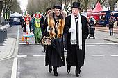 Düsseldorf, Deutschland. 26. February 2017. Straßenkarneval auf der Kö in Düsseldorf. Düsseldorfer flanieren in bunten Karnevalskostümen und mit viel guter Laune über die Königsallee, beim sogenannten Kö-Treiben, einen Tag vor Rosenmontag.