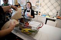 """Berlin, Ein Kunde steht am Samstag (13.09.2014) im neueroeffneten Supermarkt """"Original Unverpackt"""", im dem Lebensmittel und Haushaltsprodukte ohne Verpackungen verkauft werden, mit seinem Einkaufskorb an der Kasse. Der Laden in der Wienerstrasse in Berlin Kreuzberg wurde ueber Crowdfunding finanziert. Foto: Steffi Loos/CommonLens"""