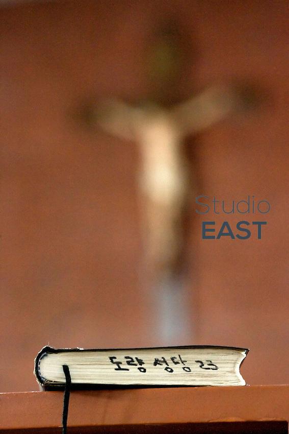 Une bible en coréen pour les fidèles chinois d'origine coréenne à la messe du dimanche matin à l'église catholique de Yanji, à Yanji, province de Jilin, en Chine, le 6 septembre 2009. Photo par Lucas Schifres/Pictobank