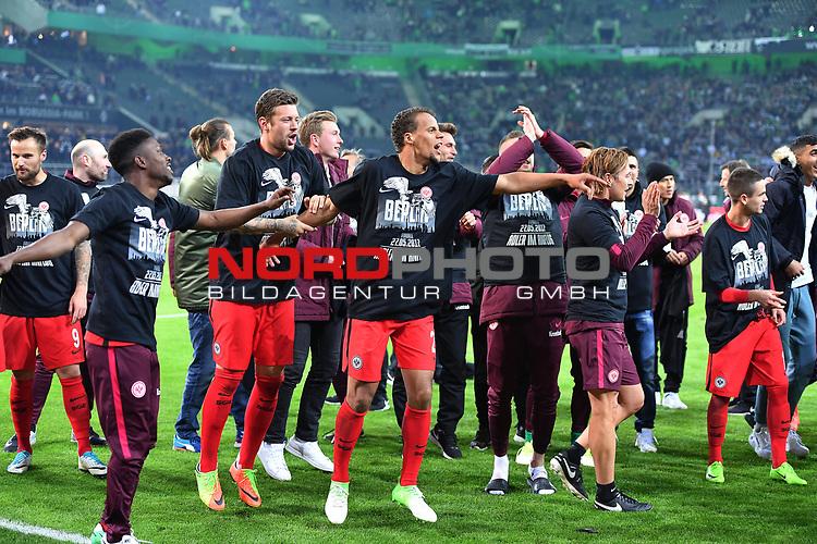 25.04.2017, Borussia-Park, Moenchengladbach, GER, DFB Pokal Halbfinale, Borussia Moenchengladbach vs Eintracht Frankfurt<br /> <br /> im Bild / picture shows: <br /> die Frankfurter feiern vor der Kurve und tanzen und bedanken  sich im Berlin Shirt bei den Fans <br /> <br /> <br /> <br /> Foto &copy; nordphoto / Meuter