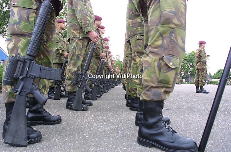 Foto: VidiPhoto..SCHAARSBERGEN - Troepen van de Luchtmobiele Brigade, het paradepaardje van de Landmacht, marcheren op het terrein van hun thuisbasis in Schaarsbergen. De rode baretten houden al een maand rekening met hun vertrek naar Macedonie.