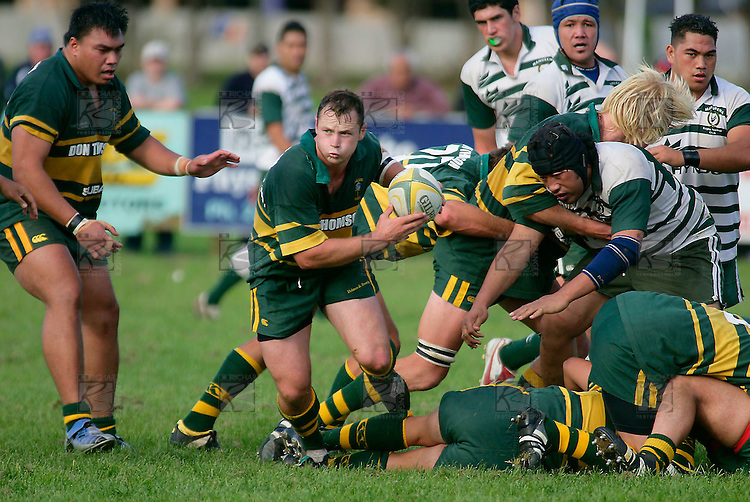 Kevin Farrell looks to his backline as he breaks from the base of ruck. Counties Manukau Premier Club Rugby, Pukekohe v Manurewa  played at the Colin Lawrie field, on the 17th of April 2006. Manurewa won 20 - 18.