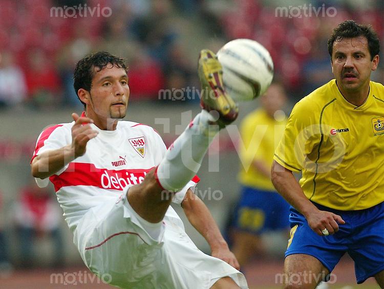 FUSSBALL UEFA Cup 2002/2003 1 Runde Hinspiel VfB Stuttgart 4-1 FK Ventspils  Zweifacher VfB Torschoetze Kevin Kuranyi (VfB,li) gegen Igors Troickis (V)