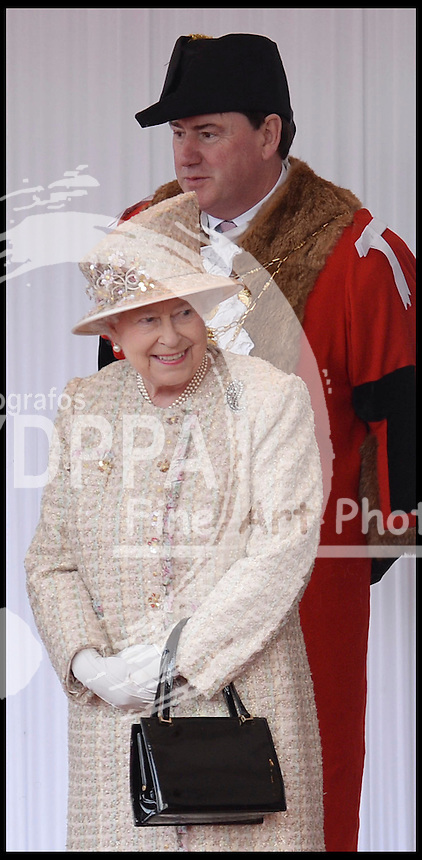 HM The Queen laughs as she waits for The President of the United Arab Emirates, His Highness Sheikh Khalifa bin Zayed Al Nahyan, In Windsor, UK, Tuesday April 30, 2013. Photo by: Andrew Parsons / i-Images / DyD Fotografos