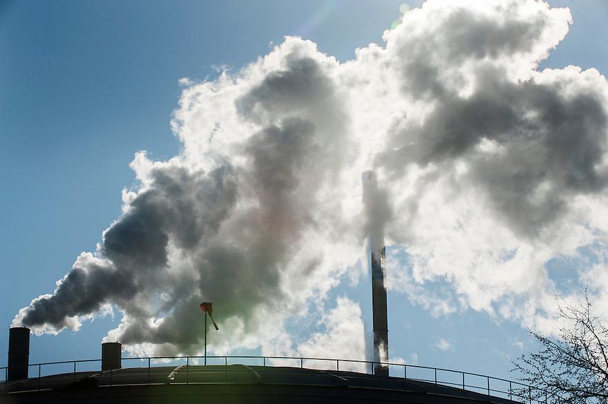 Nederland, Rotterdam, 4 maart 2013.Rokende schoorstenen van de Afvalverbranding Rijnmond AVR..Foto(c): Michiel Wijnbergh